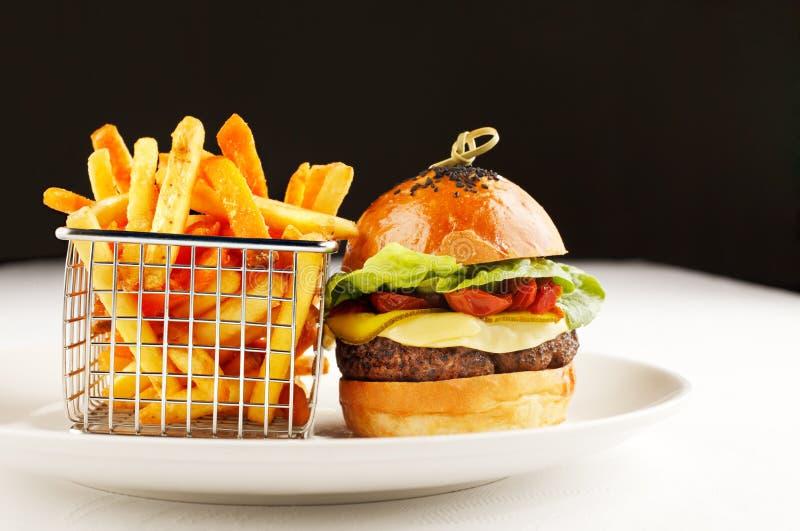 Burger und Chips gefallen stockfotos