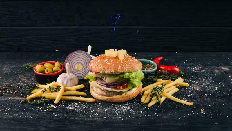 Burger z ananasami, wołowiną i sałatą Amerykańska tradycyjna żywność zdjęcia stock