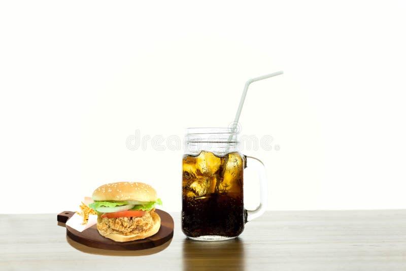 Burgerkartoffelpommes-frites mit dem Cola lokalisiert lizenzfreie stockbilder