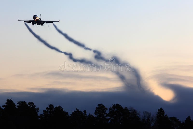 Burgerlijk de ladingsvliegtuig die van McDonnell Douglas M.D.-11F met vortexes landen die uit wingtips komen royalty-vrije stock foto
