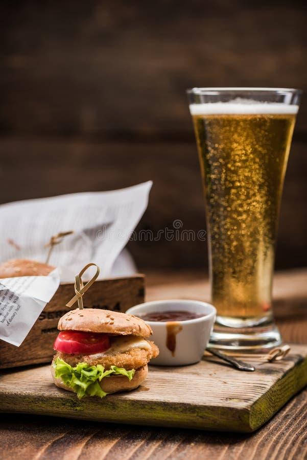 Burgermenü in der Kneipe oder in der Bar lizenzfreie stockbilder