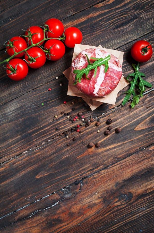 Burgers εγχώριου χειροποίητα κομματιασμένα βόειου κρέατος στον ξύλινο πίνακα στοκ φωτογραφίες