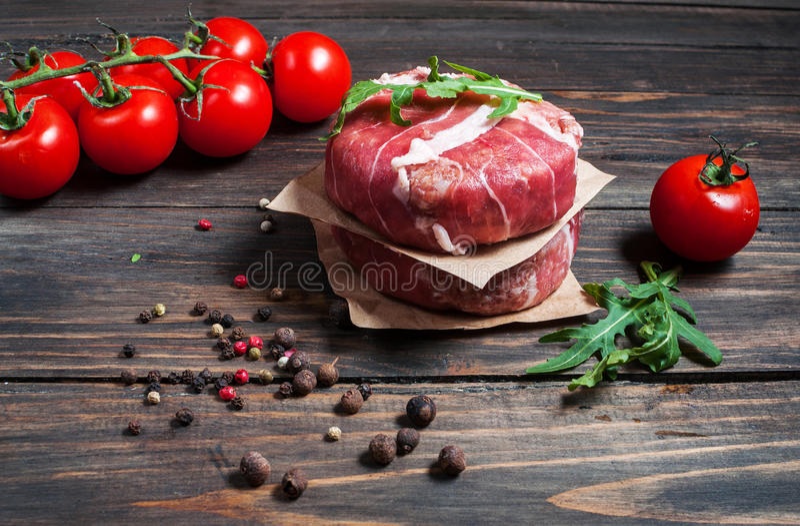 Burgers εγχώριου χειροποίητα κομματιασμένα βόειου κρέατος στον ξύλινο πίνακα στοκ φωτογραφίες με δικαίωμα ελεύθερης χρήσης
