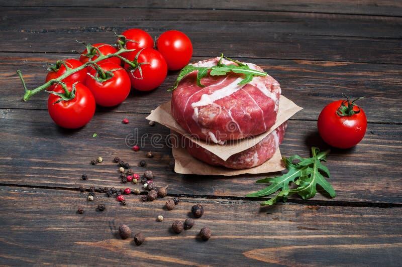 Burgers εγχώριου χειροποίητα κομματιασμένα βόειου κρέατος στον ξύλινο πίνακα στοκ εικόνες με δικαίωμα ελεύθερης χρήσης