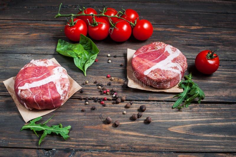 Burgers εγχώριου χειροποίητα κομματιασμένα βόειου κρέατος στον ξύλινο πίνακα στοκ εικόνα