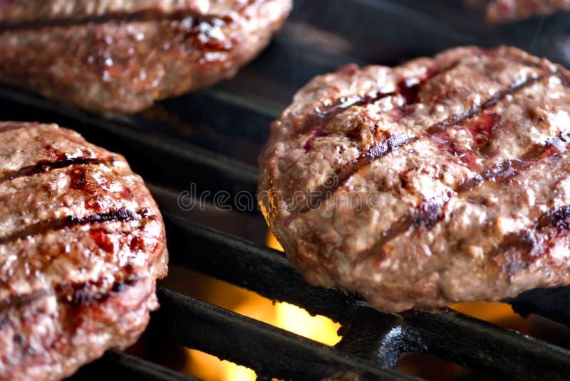 burgers που ψήνουν τη σειρά χάμπουργκερ στη σχάρα στοκ εικόνες με δικαίωμα ελεύθερης χρήσης