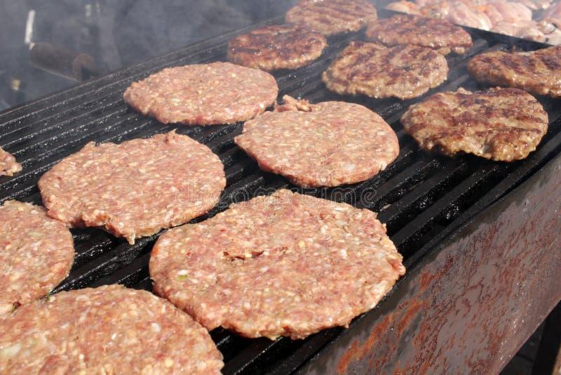 Burgers σε μια σχάρα Ψημένα στη σχάρα κεφτή BBQ Ψημένος κιμάς σε μια σχάρα burgers που ψήνονται στη σχάρα Γρήγορο φαγητό στην οδό στοκ φωτογραφία με δικαίωμα ελεύθερης χρήσης