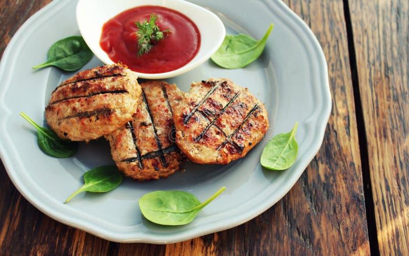 Burgers σχαρών κρέατος βόειου κρέατος ή χοιρινού κρέατος που ψήνονται στη σχάρα στο πιάτο στοκ φωτογραφίες