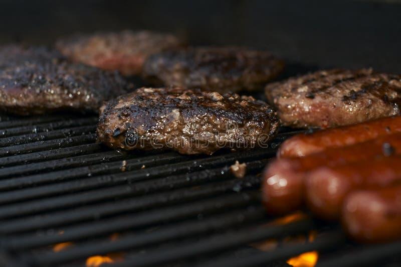 Download Burgers στοκ εικόνες. εικόνα από μαγείρεμα, πυρκαγιά, φλόγα - 2226240