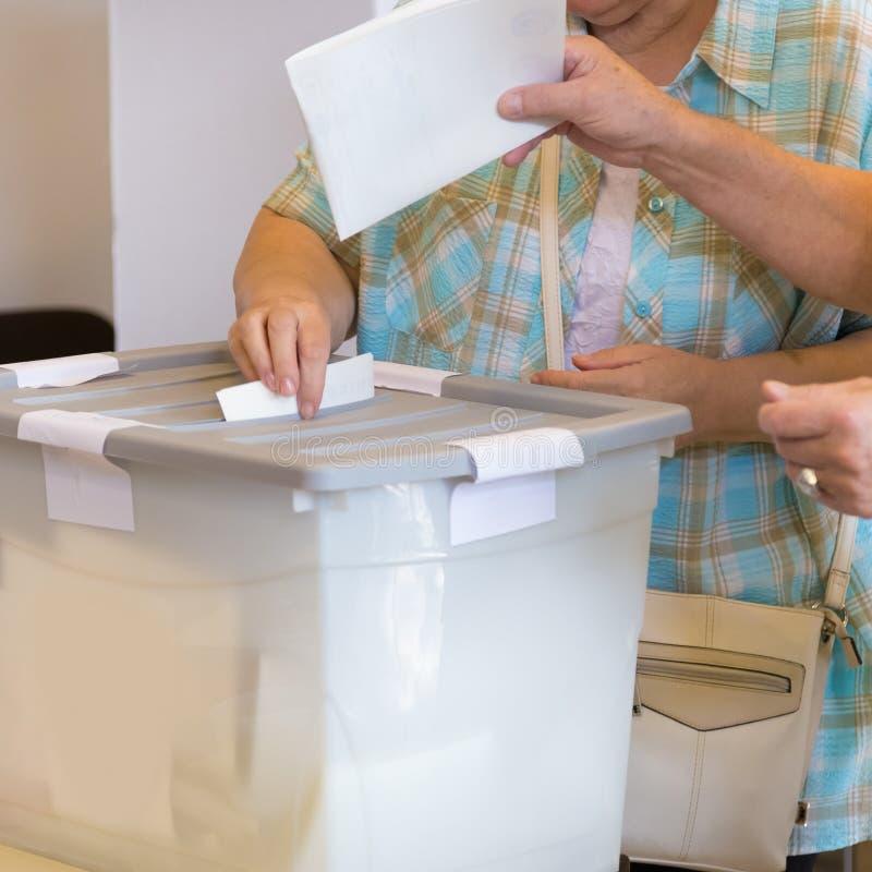 Burgers die bij de democratische verkiezing stemmen royalty-vrije stock afbeeldingen