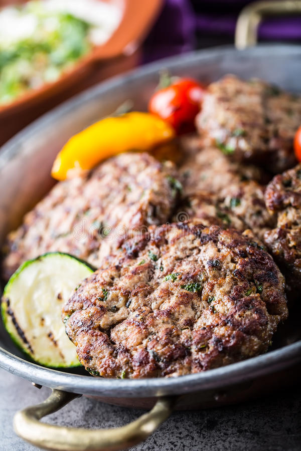 Burgers Grillburgers Fijngehakte burgers Geroosterde burgers met geroosterde groente en kruiddecoratie Gehakt in een hotel wordt  royalty-vrije stock afbeelding