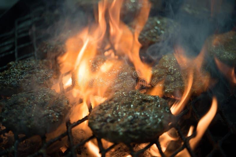 Burgers op de grill royalty-vrije stock afbeeldingen