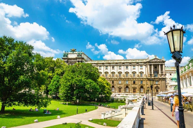 Burggarten met standbeelden en palmhuis, Wenen, Oostenrijk royalty-vrije stock afbeeldingen
