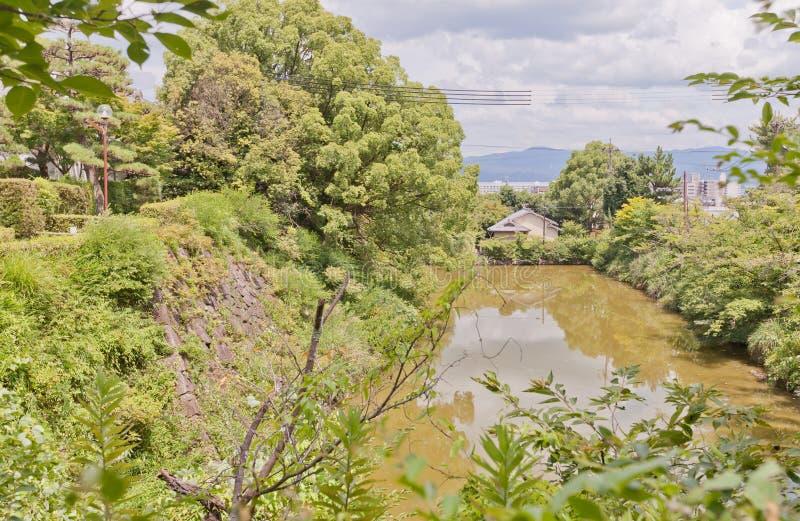 Burggraben und Steinwand von Yamato Koriyama ziehen sich, Japan zurück lizenzfreies stockfoto