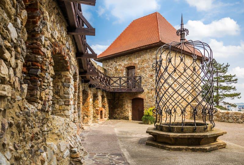 Burghof mit Service-Gebäude und Brunnen lizenzfreie stockbilder