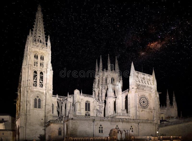 Burgos domkyrka med stjärnklar himmel arkivbild