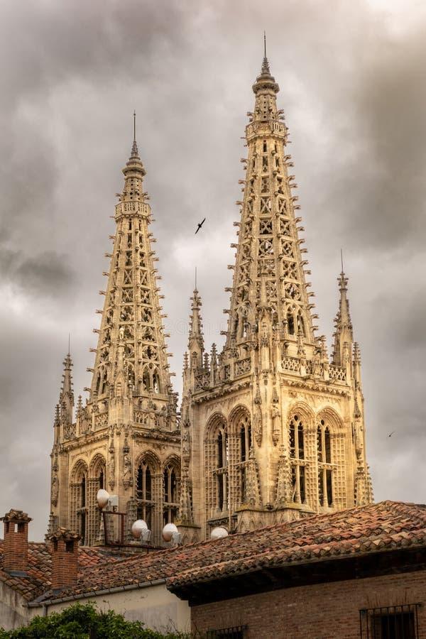 Burgos-Kathedrale ragt ein bew?lkter Tag hoch stockfotografie