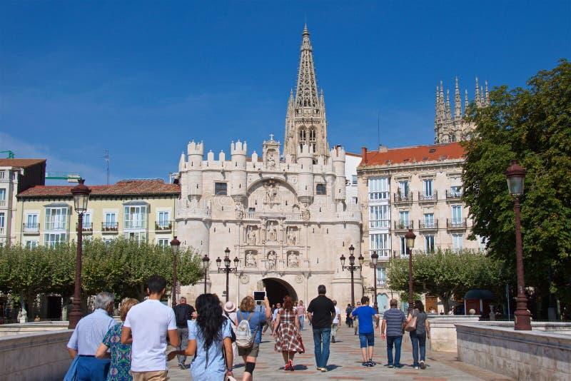 Burgos Spanien - September 2018: Turister som besöker den medeltida staden av Burgos till och med Arco de Santa Maria i Spanien royaltyfri bild