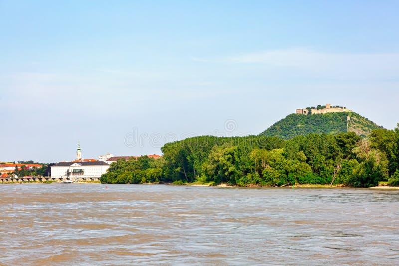 Burgruine Hainburg sobre Hainburg y el río Danubio foto de archivo libre de regalías