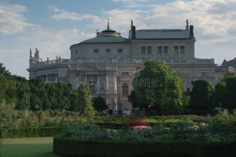 Burgtheater od Volksgarten, Wiedeń, Austria zdjęcie stock
