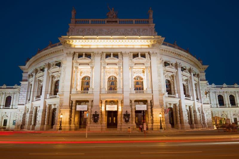 Burgtheater som bygger den Royal Palace teatern i nattbelysning Österrike vienna arkivfoto
