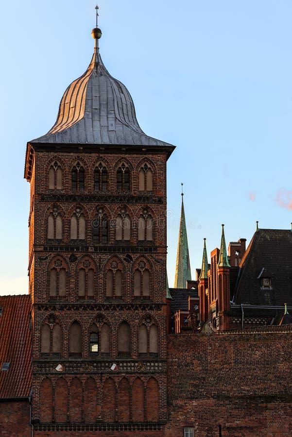 Burgtor, torre de la puerta histórica del castel en arquitectura del ladrillo fotografía de archivo