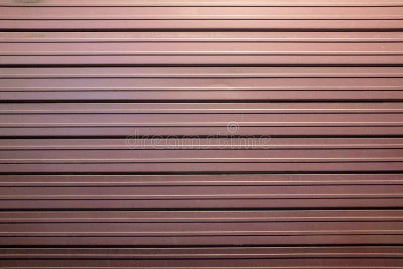 Burgundy sklepu żaluzja, Piękny kolor, stalowa tekstura zdjęcia stock