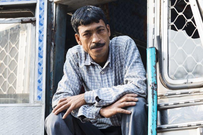 Burimari, Bangladesh, il 3 marzo 2017: Autista di camion che aspetta in Burimari, una città di frontiera fra il Bangladesh e l'In immagini stock