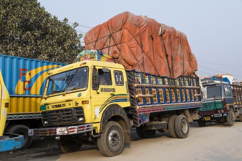Burimari Bangladesh, mars 3 2017: Lastbilar i Burimari, en gränsstad mellan Bangladesh och Indien väntar på rensning royaltyfri bild