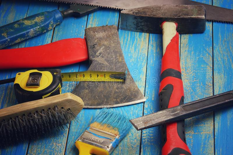 Burin, marteau, hache, brosse, ruban métrique, brosse images stock