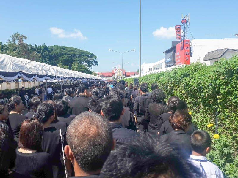 Buriram, ΤΑΪΛΑΝΔΗ - 26 Οκτωβρίου 2017: Οι θρηνητές βάζουν τα λουλούδια ως α στοκ φωτογραφία με δικαίωμα ελεύθερης χρήσης