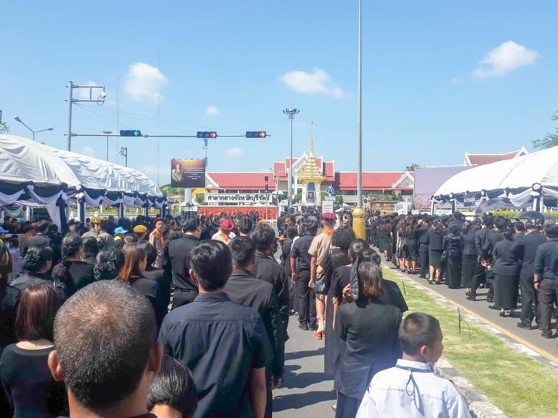 Buriram, ΤΑΪΛΑΝΔΗ - 26 Οκτωβρίου 2017: Οι θρηνητές βάζουν τα λουλούδια ως α στοκ εικόνες