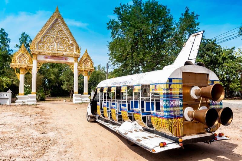 Buriram, Tailandia - luglio 2019, l'automobile locale di progettazione modifica diventato al bus di navetta in Buriram, Tailandia fotografia stock libera da diritti