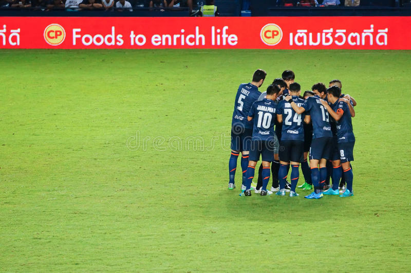 BURIRAM, THAÏLANDE - 15 AOÛT : L'harmonie des joueurs pendant la ligue première thaïlandaise 2015 entre Buriram a uni et Suphanbu photo libre de droits
