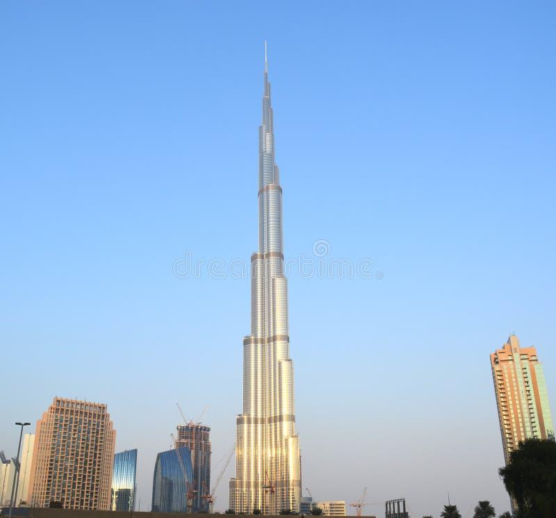 Burj哈利法与现代大厦的天视图 库存照片