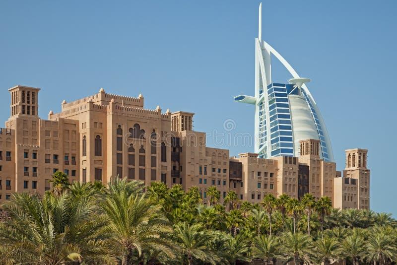 Burj Al Arab Behind Arabic Buildings und Palmen von Dubai in Madinat Jumeirah stockbild