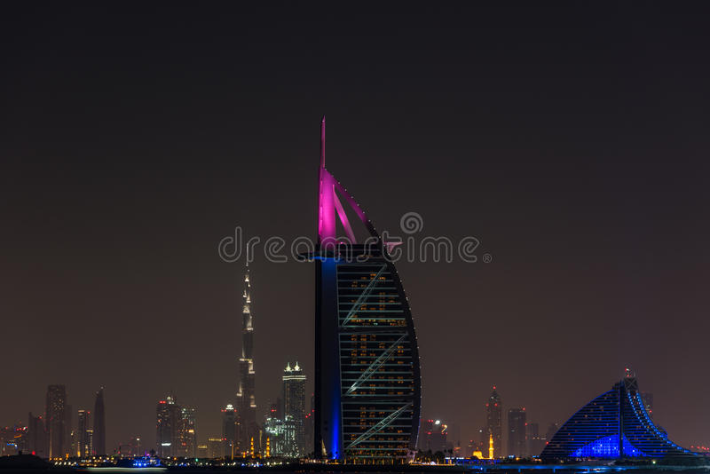 Burj Al Arab Jumeirah dans la ville de Dubaï la nuit photo stock