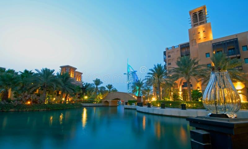 Burj Al-Araber nachts stockbild