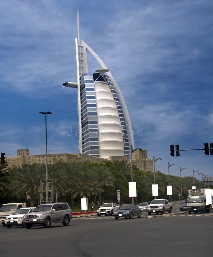 Burj Al-Araber von der verkehrsreichen Straße stockfotografie