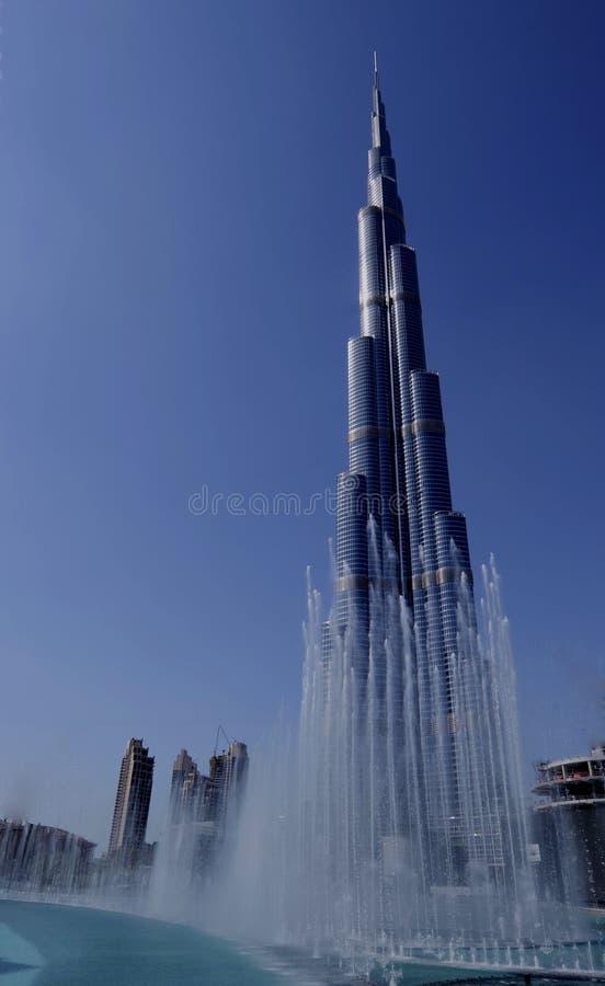 Burj Khalifa e fontes de Dubai imagens de stock