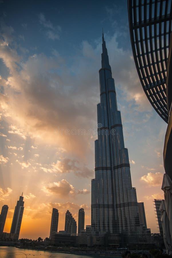 Burj Khalifa en la puesta del sol imagenes de archivo