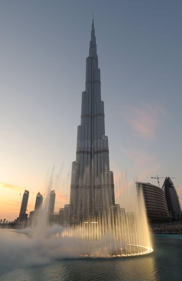 Burj Khalifa et fontaine de Dubaï au crépuscule images libres de droits