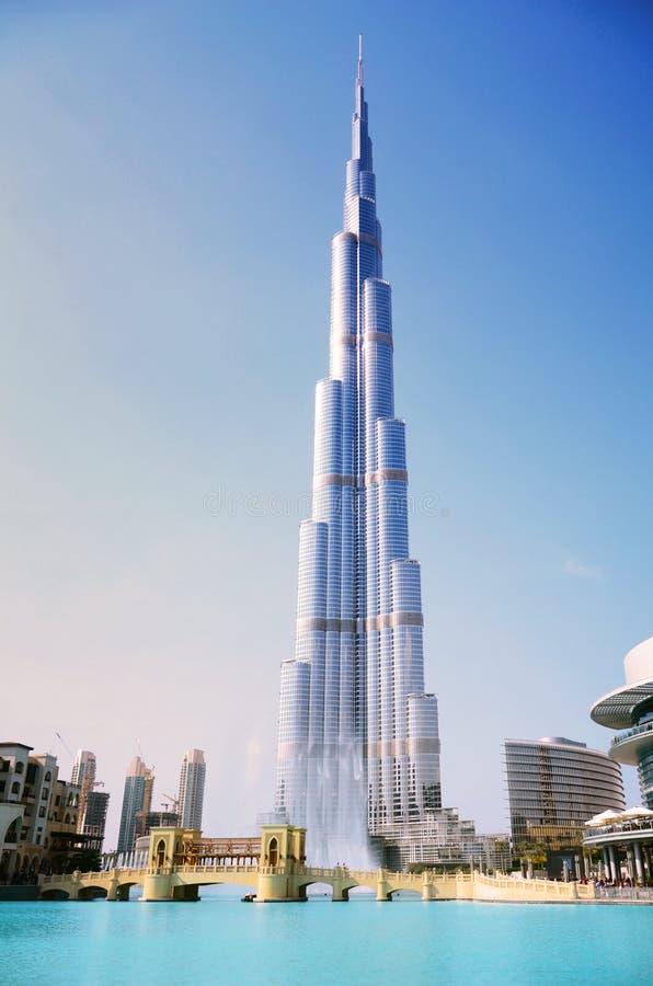 burj khalifa et fontaine duba photo stock ditorial image du affaires construction 22782038. Black Bedroom Furniture Sets. Home Design Ideas