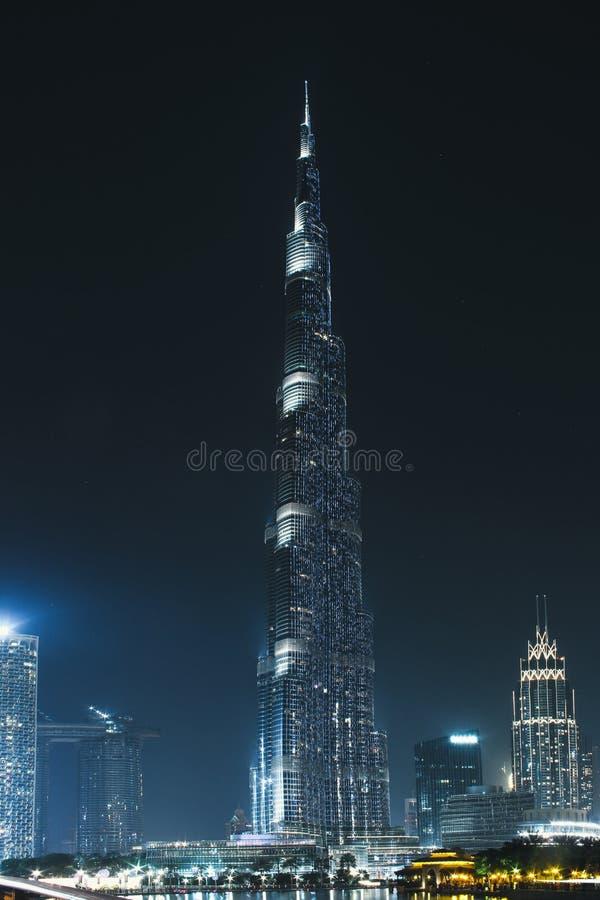 Burj Khalifa glöder på natten I city Dubai på Maj 2019 arkivfoton