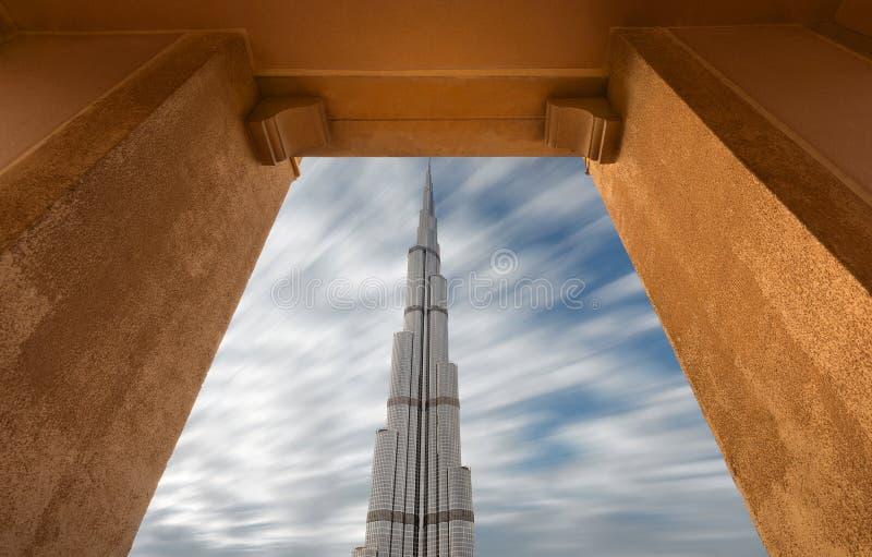 Burj Khalifa il più alta costruzione nel mondo nel telaio naturale fotografie stock