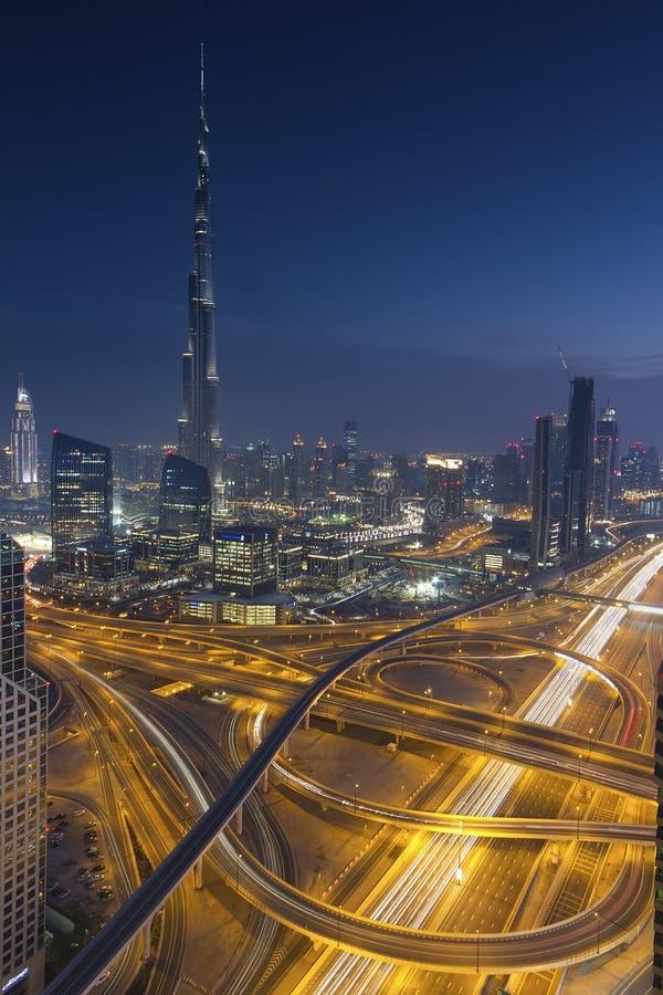 Burj Khalifa que está alto entre os arranha-céus majestosos de Dubai fotografia de stock royalty free