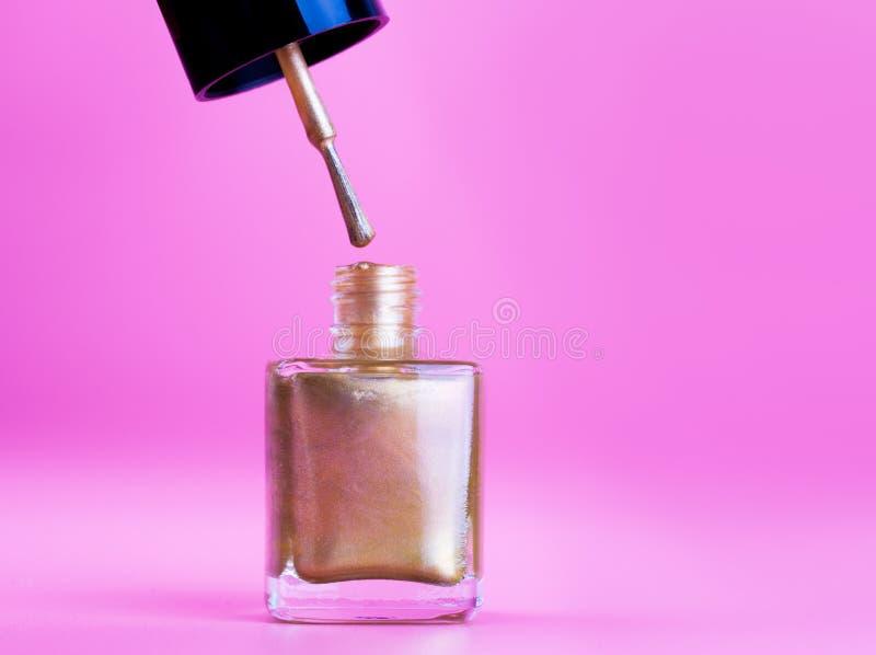 Burk av gyllene nagellack royaltyfri fotografi