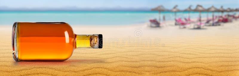 Burk av rom på stranden royaltyfri foto