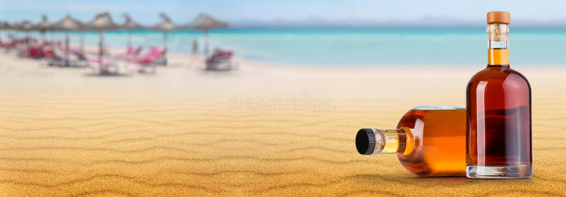 Burk av rom på stranden royaltyfria bilder