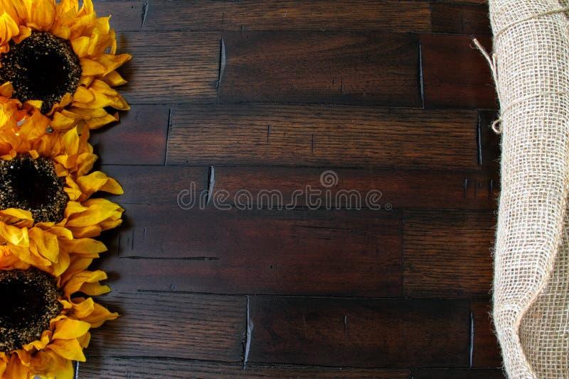 Burlap και ξύλινα υπόβαθρο και λουλούδι στοκ φωτογραφία με δικαίωμα ελεύθερης χρήσης